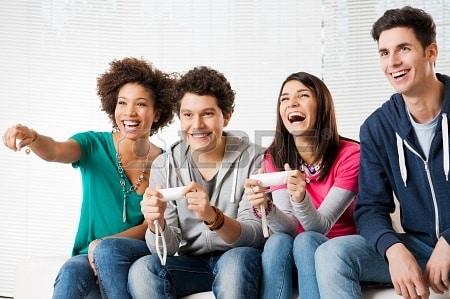 18325133-heureux-groupe-de-jeunes-amis-jouant-aux-jeux-video-a-la-maison