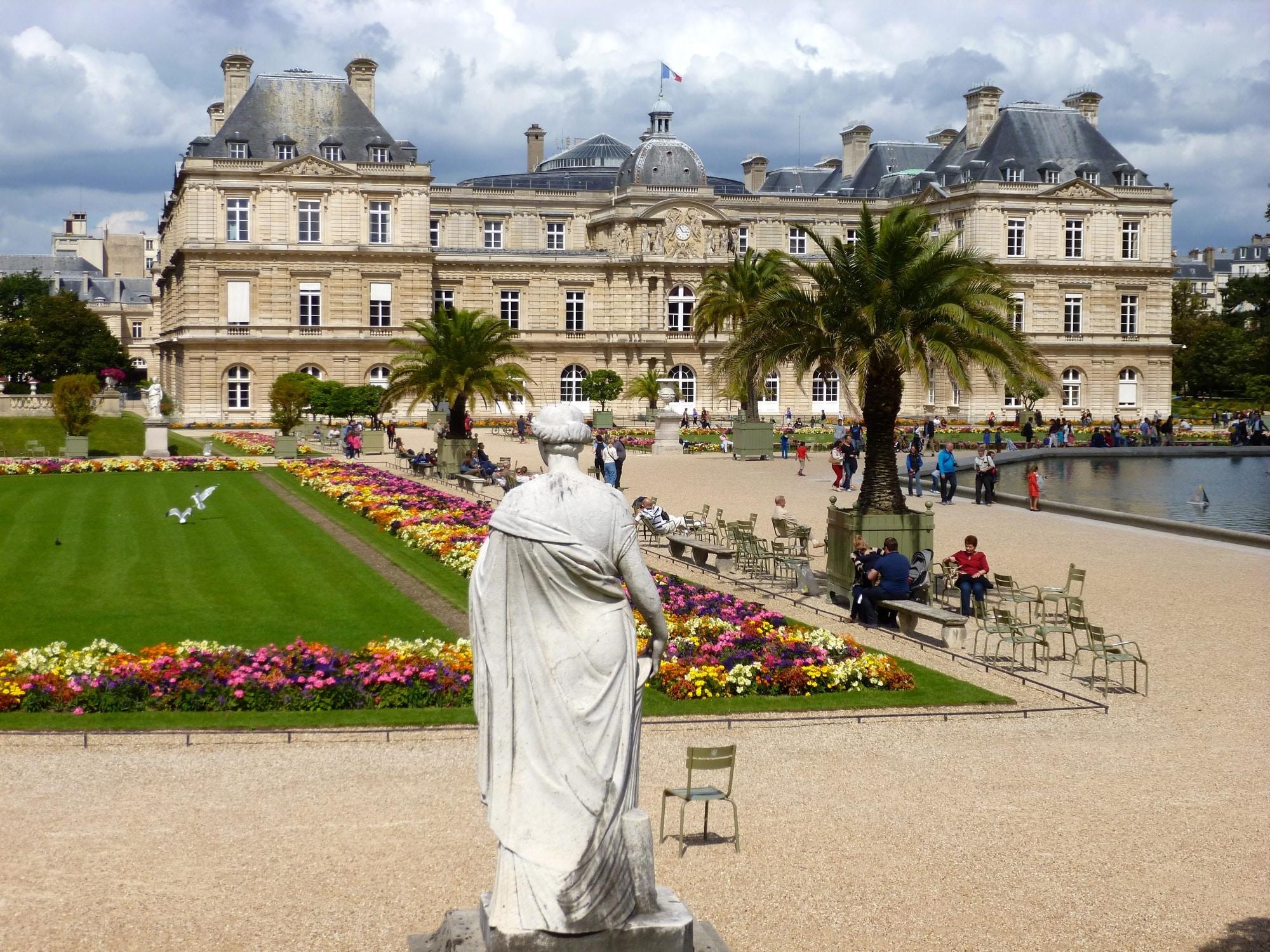 Un moment de d u00e9tente et de r u00eaverie au Jardin du Luxembourg  u00e0 Paris