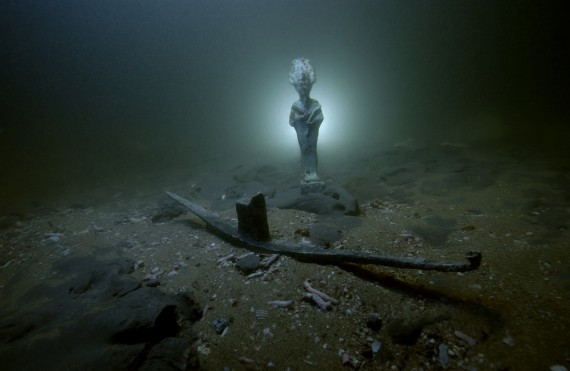 Divinités osiriennes posées sur les fonds sous-marin de la baie d'Aboukir. Statuettes en bronze découvertes sur le site de Thonis-Héracléion, Égypte, VIe – IIe s. av. J.-C. (Mise en scène). Photo: Christoph Gerigk ©Franck Goddio/Hilti Foundation