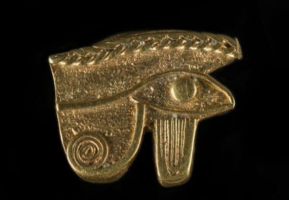 Oeil d'Horus dit « oudjat », époque ptolémaique, Thônis-Héracléion, baie d'Aboukir, Égypte Cette amulette pendentif est l'image de l'oeil du dieu faucon Horus, fils d'Osiris qui fut blessé par son oncle le dieu Seth et guéri grâce aux pouvoirs du dieu Ibis Thot. L'oudjat, ou'oeil complet, est aussi le symbole de la pleine lune dont le disque s'est reconstitué progressivement en 14 jours, et celui de la restitution de l'intégrité du corps d'Osiris qui avait été morcelé en quatorze parties (comme les 14 jours de la lune montante). L'oeil d'Horus, symbole de la guérison des blessures et de l'intégrité corporelle, était une amulette extrêmement populaire et répandue. © Franck Goddio/Hilti Foundation, photo : Christoph Gerigk