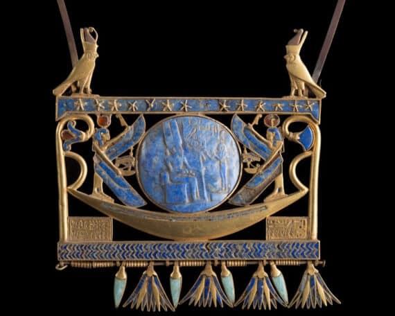 Pectoral de la 22e dynastie, trouvé à Tanis dans la tombe du pharaon Chechong II (env. 890 av J.-C.), Musée égyptien du Caire Ce bijou avait appartenu à Chechonq I (945-925 av. J.-C.), comme l'indique l'inscription gravée sur la plaque d'or sous la barque, du côté gauche. Le pendentif représente la barque solaire, voguant sur les eaux primordiales au-dessous d'un ciel étoilé. Le soleil de lapis-lazuli, protégé par les ailes déployées d'Isis et Nephtys, est gravé et montre la déesse de la vérité et de l'ordre cosmique (Maât) faisant adoration à Amon-Rê. © Franck Goddio/Hilti Foundation, photo : Christoph Gerigk