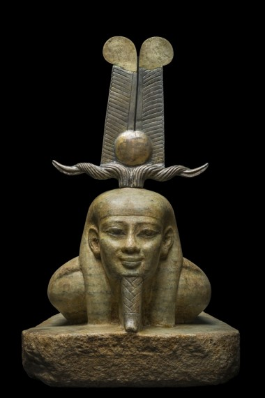 Le réveil d'Osiris, Musée égyptien du Caire La magnifique sculpture en gneiss (pierre similaire au granit) de couleur chaude date de la 26e dynastie. Elle montre le redressement du dieu revenant à la vie. Son visage d'une intemporelle beauté exprime la sérénité et toute la certitude d'une jeunesse renouvellée. Il est coiffé d'une couronne dite « tchéni » (mot qui signifie « soulever », « exhausser »), coiffure souvent en rapport avec le soleil levant. Les matières qui la composent (or, electrum, bronze) évoquent les radiations de l'astre solaire : Osiris est devenu Rê. © Franck Goddio/Hilti Foundation, photo : Christoph Gerigk