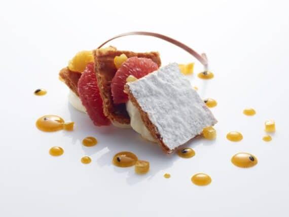Millefeuille à la vanille, pamplemousse et orange confits, fruits de la passion - © Laurent Fau - Studio des Fleurs