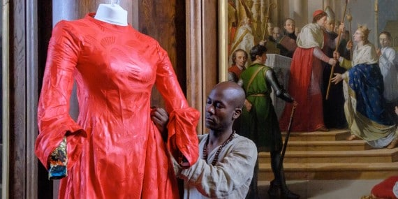 9-lamyne_m._mettant_au_point_la_robe_de_blanche_de_castille_r_abdou_diari_0