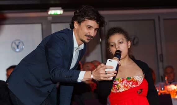 Laura aux côtés d'Arnaud Tsamère lors du Gala annuel de Make A Wish France Décembre 2015 © VIP Consulting