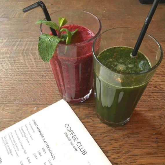 À gauche : smoothie Exotic (ananas/épinards/pomme/citron vert/basilic) À droite, Honey Berry (fraise/myrtille/menthe/miel/pomme)