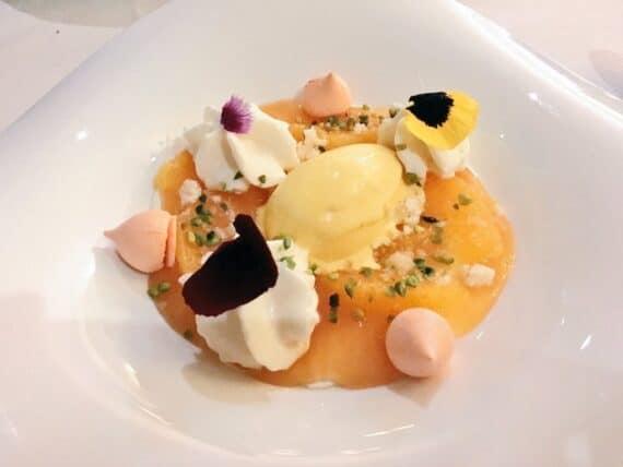 Babette : panna cotta à la fleur d'oranger, sirop d'orange, quartiers d'orange fraîche et glace au safran