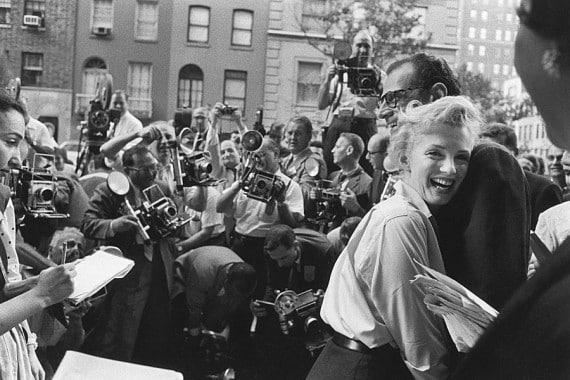 Marilyn Monroe et Arthur Miller tout sourire annoncent leur mariage proche lors d'une conférence de presse devant leur domicile de Sutton Place © Paris Match Paul Slade