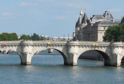 © Paris1900 - la Conciergerie et le Palais de Justice en arrière plan