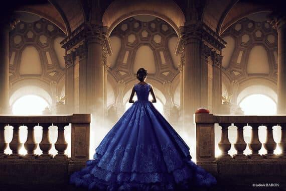 La femme en bleu face à ses pensées