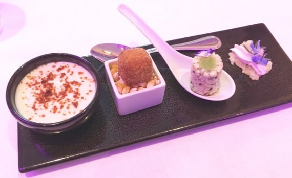 Mousseline de choux-fleur/cury rouge - Cromesquis au maïs - Déclinaison sur l'oeuf - Chips de riz avec un crémeux aux wasabi et une fleur de Bourrache