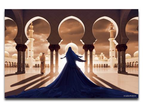 La femme en bleu face à la mosquée blanche
